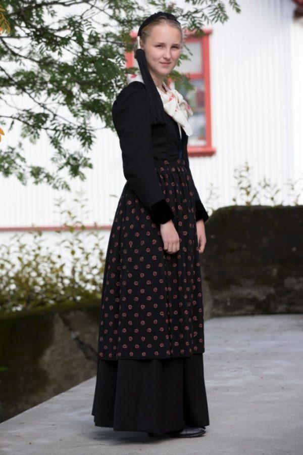 Annríki - Þjóðbúningar og skart. Telma Rún í 20. aldar peysufötum.