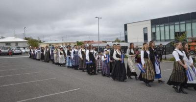 100 fjallkonur í Hafnarfirði 17. júní 2015 á leið á Hamarinn