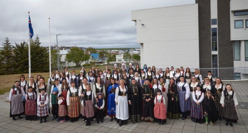 100 fjallkonur í Hafnarfirði 17. júní 2015