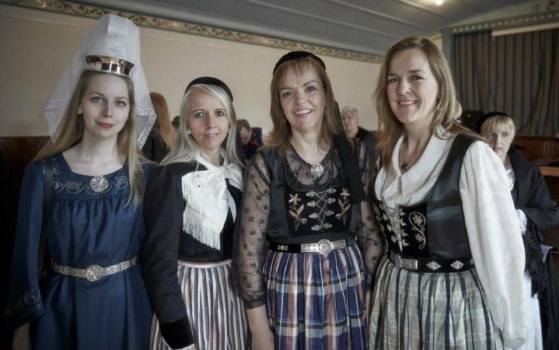 Annríki - Þjóðbúningar og skart. Íslenskir þjóðbúningar. Kyrtill, 20. aldar peysuföt og 20. aldar upphlutir.