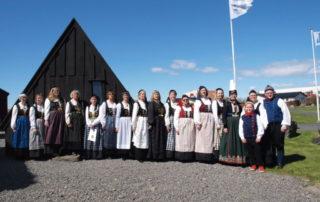 Annríki - Þjóðbúningar og skart. Hópur af fólki í íslenskum búingum.