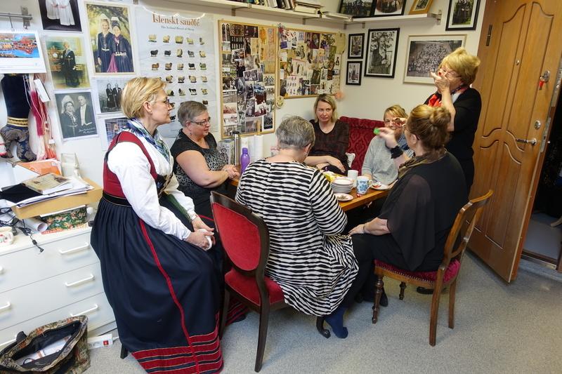 Annríki - Þjóðbúningar og skart. Faldafreyjur í kaffi, spjallað og spáð.